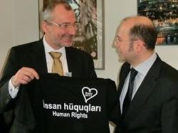 Volker Beck vor wenigen Wochen bei der Übergabe eines Menschenrechte-T-Shirts an den Botschafter Aserbaidschans in Deutschland