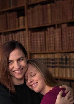 Paula und Sophie haben sich in der Wiener Nationalbibliothek fotografieren lassen - Quelle: WienTourismus/Jonas Fröhlich