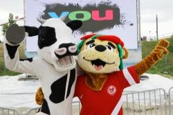Sind ebenfalls auf der YOU dabei: Kuh Karlotta und ICKE, das Maskottchen des Berliner Fußball-Verbands