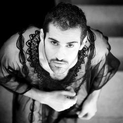Mit Absicht die Zuschauer verwirren: Yousef kann auch sehr männlich wirken