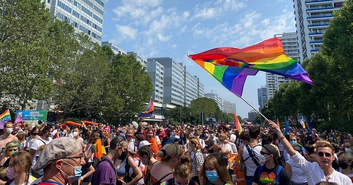 Zehntausende Menschen beim CSD Berlin