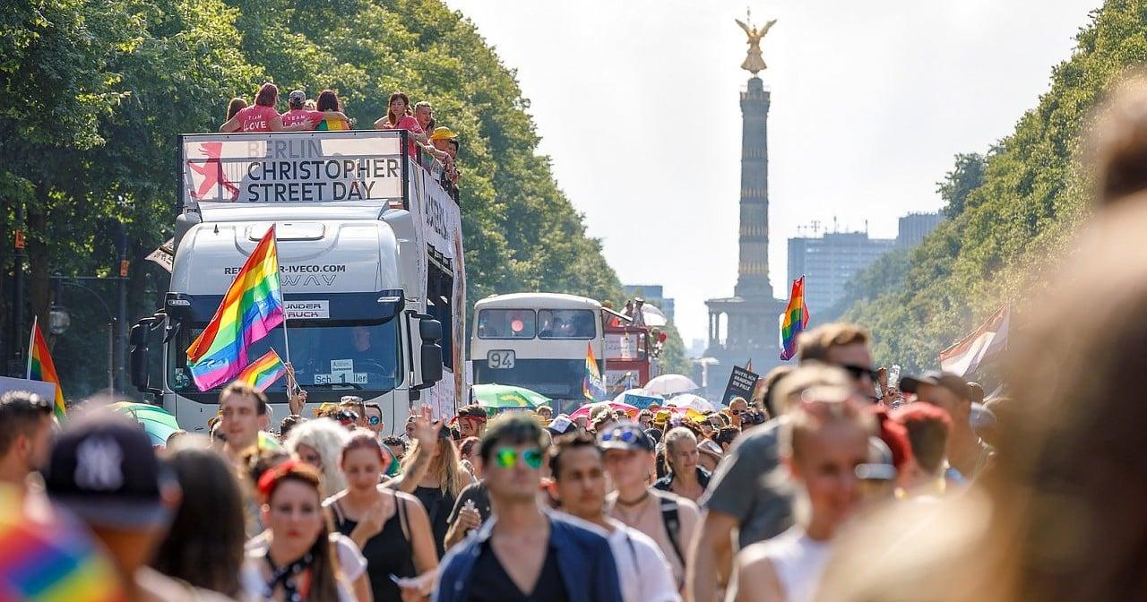 CSD Berlin: Dragqueens achten auf Einhaltung der Coronaregeln