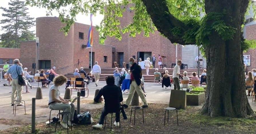 Regenbogenfahnen an Kölner Kirche angezündet